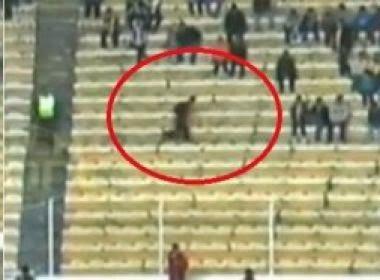 Fantasma correndo no campo de futebol