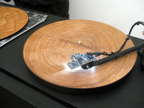 video-the-worlds-an-instrument-as-tree-trunks-become-playable-discs-for-turntables-via-latest-installation-by-bartholom-us-traubeck[1]